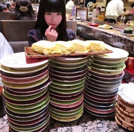 もえあず、北海道で回転寿司を堪能 大量に積まれた皿を前に「まだ食べたい」