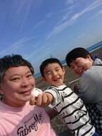 鈴木おさむ、海での家族ショットに反響「素敵」「ほのぼの」の声