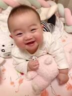 """浜田ブリトニー、""""ザキヤマ""""からの出産祝いを娘が気に入り「握りしめて離しません」"""