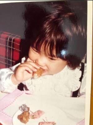 友利新、娘とそっくりな幼少期の写真を公開「確かにプニプニほっぺは瓜二つ!」