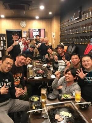 小島よしお、東MAXの「行動力と継続力に敬服」先輩芸人と集合ショット