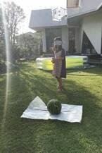 相川七瀬、娘と自宅の庭でスイカ割りに挑戦「こんな贅沢切りで」