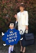 hitomi、白ワンピの入園式ファッション公開「いよいよ幼稚園~」