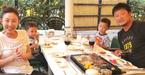 """小原正子、""""焼き奉行""""の夫・マック鈴木氏と家族でホテルのBBQへ"""