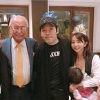 """福田萌、ハワイで浮かれた家族写真 """"ウルフギャング""""本人に興奮"""