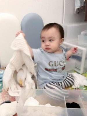 アレク&川崎希夫妻、息子にGUCCIのTシャツ「ベビー服ってついつい買っちゃう」
