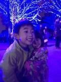 東尾理子、ライトアップされた街路樹の前で寄り添う兄妹に「カップルみたい」「可愛らしい~」の声