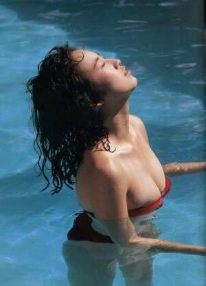"""森口博子、ファースト写真集に19万円のプレミア 19歳の頃の""""巨乳""""ショット公開"""