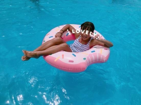 辻希美、ドーナツ浮き輪を使って遊ぶ子どもたちの「インスタ映え」な写真を公開