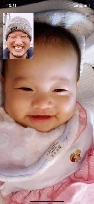 マック鈴木、娘とのビデオ通話の様子を公開し「デレデレですな」「そっくり!」の声