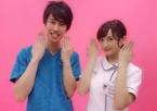 小松彩夏『白衣の戦士!』出演の現役医師で芸人のしゅんPと決めポーズで2ショット