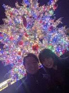 小林麻耶、クリスマスツリーの前で夫と2ショット「幸せそう」「素敵なお二人」の声