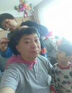 鈴木おさむ、妻・大島美幸に髪を切ってもらう姿を公開「最初は僕の耳を切ってしまうほどでした」
