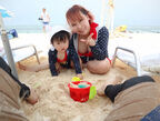 浜田ブリトニー、砂浜に慣れた娘・雫ちゃんの様子を公開「少し成長したね」