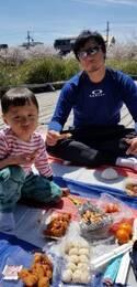 小原正子、家族で仲良くお花見へ「商店街で からあげやお団子を購入!」
