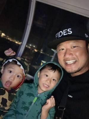 """マック鈴木、息子達と""""男3人""""で外出「楽しい1日の始まり始まり」"""