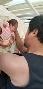 小原正子、夫・マック鈴木の長女の初沐浴を報告「服 を脱がせるところから緊張が伝わる」