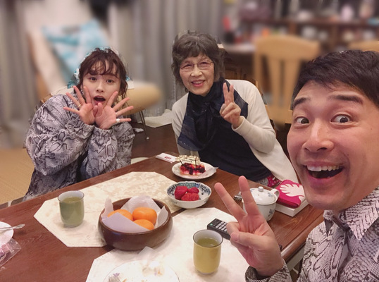 高橋愛、夫・あべこうじと義母の誕生日を祝う「すごく嬉しかった」