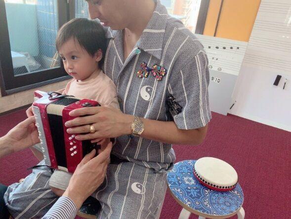 川崎希、息子がアコーディオンを弾く様子を公開「すごい上手に弾けてて天才的!!」