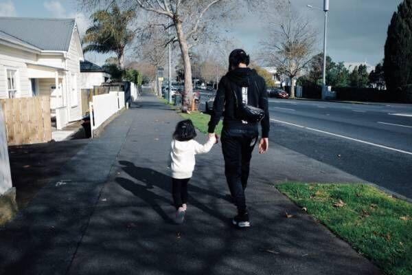 水嶋ヒロ、ニュージーランドで娘と一緒に入学手続き「度胸がありすぎ」