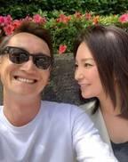 真山景子、8年目の結婚記念日に夫と2ショット「昼間からいくあてもなく散歩」