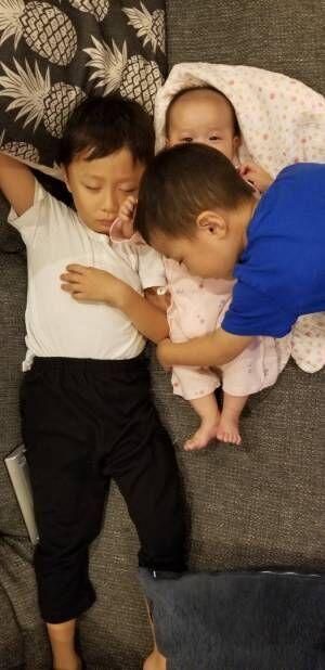 """小原正子、子ども達の""""密着""""ショットに「微笑ましい」「笑顔が最高」の声"""