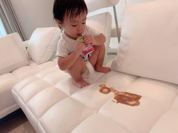 川崎希、フルオーダーのソファーに息子がわざとジュースをこぼし「大事に飲んでよ~涙」
