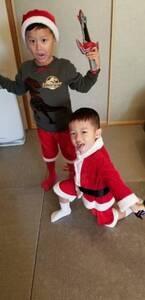 小原正子、息子たちの兄弟サンタコス公開「可愛い」「笑顔が素敵」の声