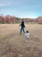 本田朋子アナ、夫・五十嵐圭ら家族で公園を満喫「癒されます」「紅葉素敵」の声