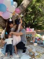 """吉川ひなの、娘の誕生日パーティーでの""""仲良し""""家族4ショットを公開"""
