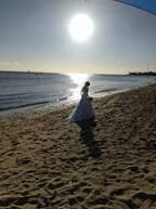 あきら。ハワイのビーチで写した妻・小林麻耶のドレス姿を公開「まるで映画のシーン」「とても素敵」の声