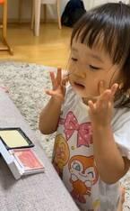 """金田朋子、2歳の娘が""""化粧""""をしている姿を公開「女の子ですね~~」「おしゃまさん」の声"""