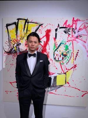花田優一、タキシード姿で自身の個展へ「作品が手元を離れると、途端に製作意欲は出てくるもので」