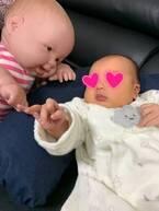 みかん、ミルクを飲む娘の背後に「もう一人赤ちゃんがめちゃ見てる」