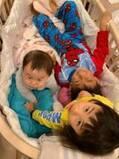 東尾理子、3人全員でベビーベッドに入りぎゅうぎゅう詰めの子どもたちを公開「微笑ましい」「本当に仲良し」の声