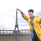 """アンミカ、パリの""""ザ・観光地""""で記念写真「左右は車がバンバン通る」"""