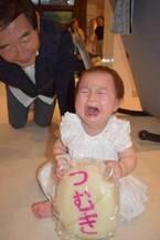 東尾理子、次女が1歳を迎え一升餅でお祝い「力強くハイハイしてびっくり!!」