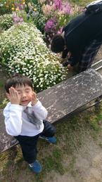 鈴木おさむ、家族3人で初めての花摘み「めちゃくちゃ楽しいですね」