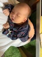 みかん、腕に抱かれて目をつむる娘の写真を公開「はぁ~可愛い」