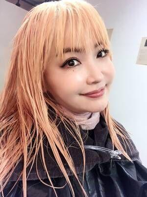 平子理沙、2回ブリーチした髪色を公開「ベージュをのせる前の金髪もお気に入り」