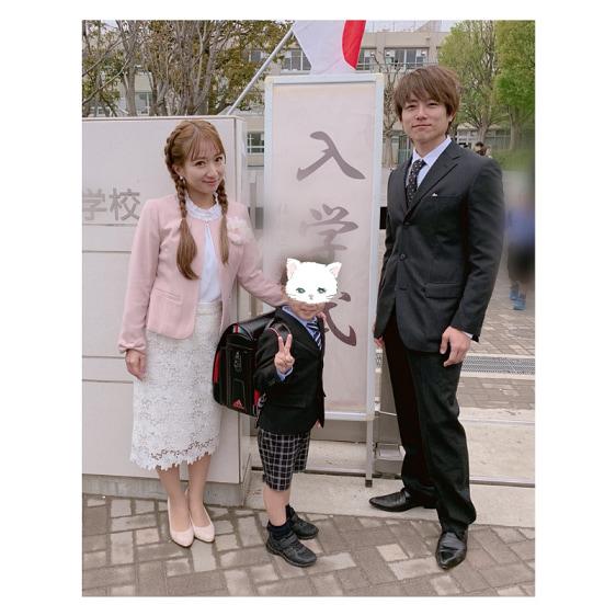 辻希美、次男の入学式ショットを公開「3人が同じ小学校に通う貴重な年」