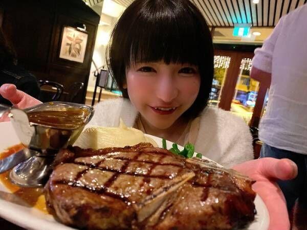 """もえあず、オーストラリアで夕食に""""巨大ステーキ""""堪能「他にもピザとかいろいろ食べた~」"""