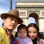 PINKY、夫・窪塚洋介&娘とパリで3ショット「クロワッサンが美味しすぎて」