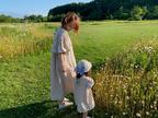 紺野あさ美、娘とリンクコーデでお出かけ「羊のエサやり体験もできました」