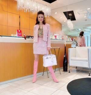 小柳ルミ子、シャネルのミニスーツ姿を披露「大人可愛い!」「スタイルいい」の声
