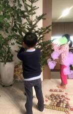 市川海老蔵、クリスマスツリーの飾りつけをする子ども達「今年はちょうど良い高さです」