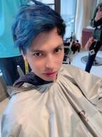 アレク、髪色をブルーに変えた写真を公開「インコみたいで可愛いでしょ」