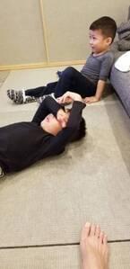 小原正子、次男に泣かされるも仕返ししない長男に感心「ルームシューズをはいてその足で兄の顔にキック」