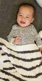 小原正子、生後5か月を迎えた娘のサイズ「むちむちボディ」