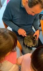 東尾理子、父が子ども達にグローブのお手入れをレッスン「全然柔らかくなるのね」